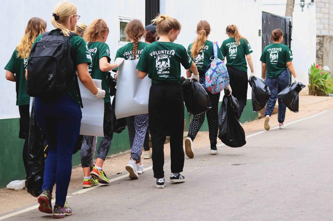 Como parte de su voluntariado en verano para jóvenes, los voluntarios conciencian recogen basura para reducir posibles caldos de cultivo de mosquitos.